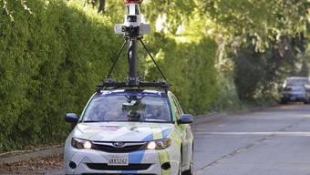 Ein Auto von Google Street View macht Aufnahmen (Archiv)