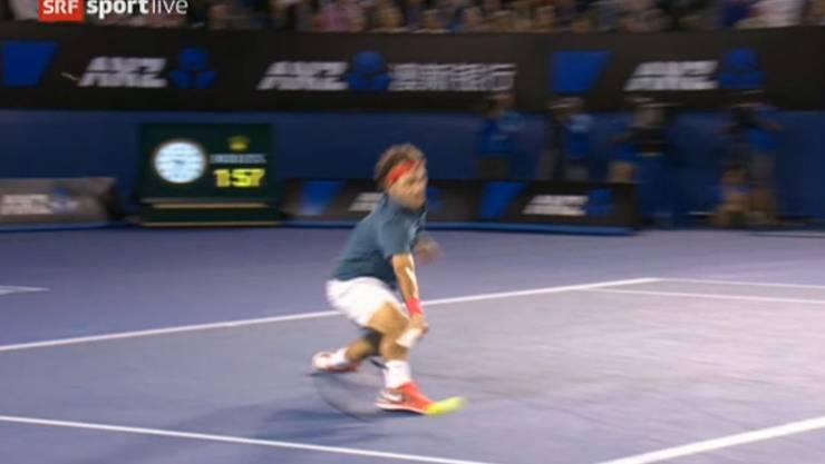 Federer holt den Ball in extremis.