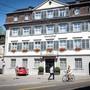 Die Stadt übernimmt das «Nonolet» (links) von der Raiffeisenbank, die Credit Suisse das «Haus zum Notenstein».