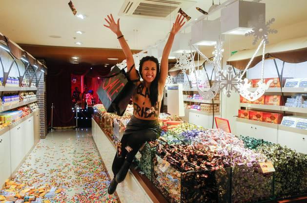 Sie warfen Süssigkeiten in einem Roshen-Shop in Kiew herum. Roshen ist einer der weltweit grössten Süsswaren-Hersteller.