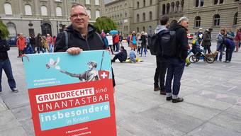 """""""Grundrechte sind unantastbar"""": Ein Teilnehmer der Kundgebung vor dem Bundeshaus."""