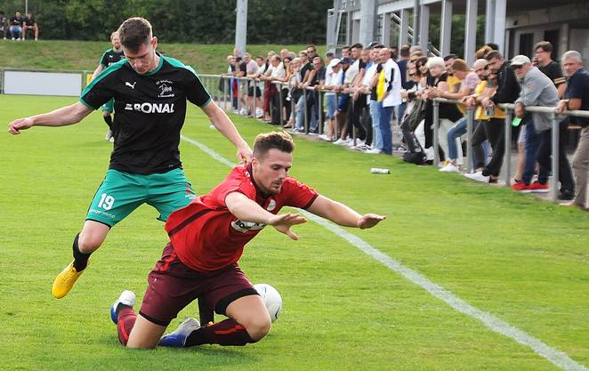 Härkingens Joel Rietschin (hinten), der 6 Tore schoss in der Vorrunde, im Auswärtsspiel beim FC Oensingen.