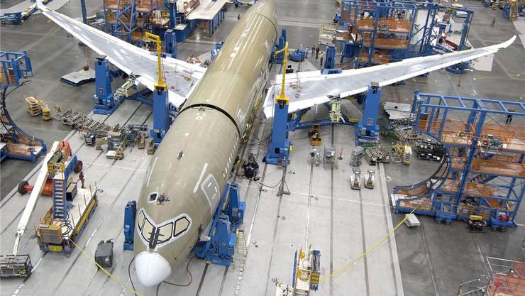 Blick in die Boeing-Fabrik bei Seattle. Der Flugzeugbauer investiert eine Milliarde, um den Pannenflieger Dremliner in die Luft zu kriegen.