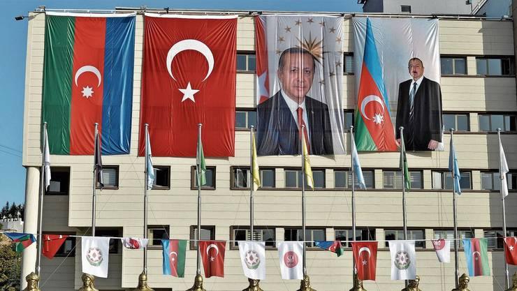 Türkisch-aserbaidschanische Eintracht an einer Hausfassade in Ankara: Die Türkei steht hinter ihrem «Bruderstaat».
