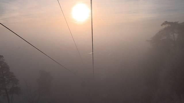 Vom tiefen Nebel rauf in die scheinende Sonne