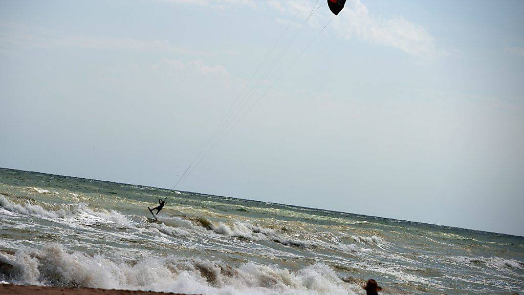 Wann dürfen die Bulgaren wieder in die Badeferien? Auf dem Bild: Ein Kite-Surfer am schwarzen Meer.