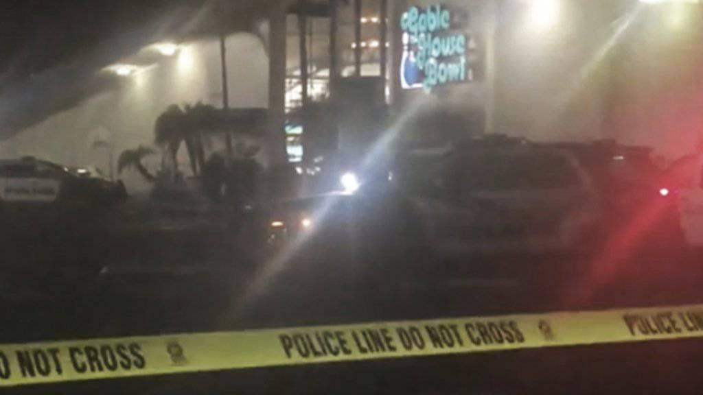 Bei einer Schiesserei in einer Bowling-Halle nahe Los Angeles sind drei Menschen getötet worden.