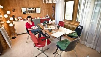 Schauspielerin Anet Corti in ihrem verspielten Reich, das sie mit allerlei Trouvaillen von Flohmärkten oder Brockenhäusern eingerichtet hat.Annika Bütschi