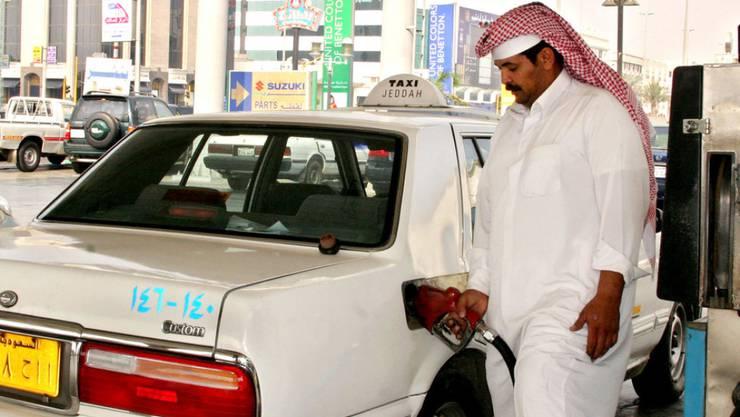 Saudi-Arabien hat die Benzinpreise zum neuen Jahr um mehr als 80 Prozent erhöht. Der Liter Superbenzin kostet aber dennoch umgerechnet lediglich 53 Rappen. (Archivbild)