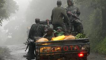 Kongolesische Rebellen transportieren Lebensmittel (Archiv)