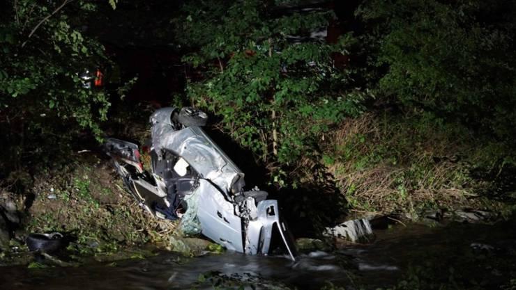 In Baar ist ein Autofahrer von der Autobahnausfahrt abgekommen und auf die Böschung der Lorze gestürzt. Er starb noch am Unfallort.