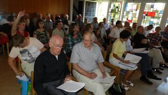 Die Kirchgemeindemitglieder diskutierten fast drei Stunden lang über den Verkauf der Liegenschaften. BA