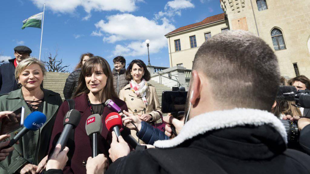 Die neue Staatsrätin  Rebecca Ruiz steht Journalisten Rede und Antwort.