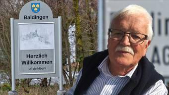 Karl Albiez war Lehrer, Maler und Sänger. In Baldingen ziert neu nebst der offiziellen Tafel ein weiteres, besonders Schild die Ortseinfahrt.