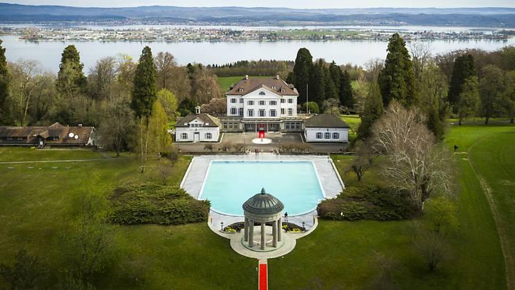 Das Schloss Eugensberg mit Swimmingpool und Nebengebäuden ist ein Luxus-Anwesen mit Traumaussicht auf den Untersee und die Insel Reichenau.