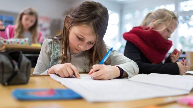 Die Schulen sollen nicht mehr alle sechs, sondern nur noch alle 9 bis 10 Jahre evaluiert werden.