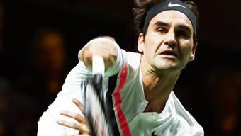 Roger Federer beim seinem Service beim Zweisatzsieg gegen Seppi