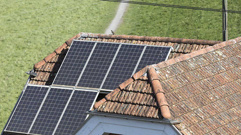 """Photovoltaik-Anlagen zieren immer häufiger Hausdächer in der Schweiz. An den """"Tagen der Sonne"""" können Interessierte unter anderem solche Anlagen besichtigen. (Archivbild)"""