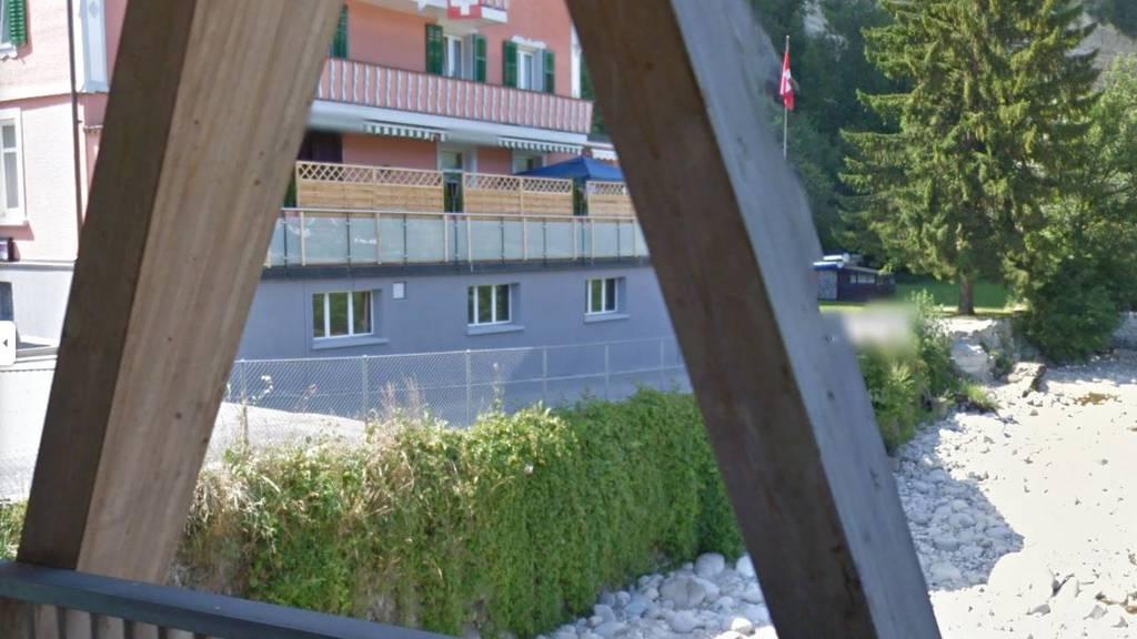Das Hotel Bad von der Holzbrücke aus – vor dem Unwetter.