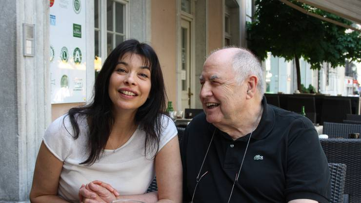 Draussen vor der «Krone» ein bisschen mit Opernsängerin Noemi Nadelmann herumschäkern, das war ganz nach Nicos Gusto. Foto: ww