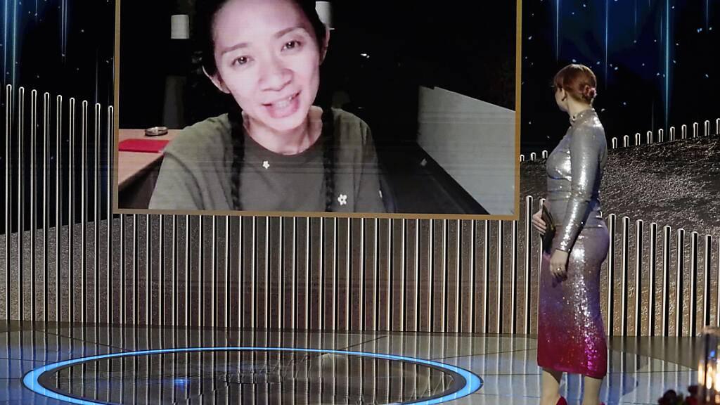 dpatopbilder - HANDOUT - Chloé Zhao ist erst die zweite Frau in der Geschichte der Golden Globes, die eine Regie-Trophäe gewinnt. Foto: Peter Kramer/NBC/ZUMA Wire/dpa - ACHTUNG: Nur zur redaktionellen Verwendung im Zusammenhang mit der aktuellen Berichterstattung über die Golden Globe Awards 2021 und nur mit vollständiger Nennung des vorstehenden Credits