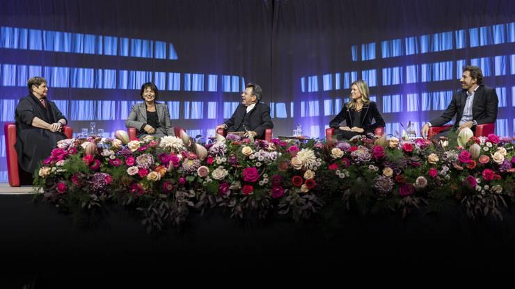 BHelene Niedhart, CEO der Cat Aviation AG, alt Bundesrätin Doris Leuthard, Moderator Stephan Klapproth, Nadja Schildknecht, Co-Direktorin des Zurich Film Festival und der zweifache Zeitfahr-Olympiasieger Fabian Cancellara sprachen in der Umweltarena Spreitenbach über ihre erfolgreichen Laufbahnen und welche Rolle Mut dabei spielt.