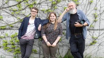 Severin Obrist, Ursina Mühlethaler und der mit Kamera ausgerüstete neue Dorfschreiber Jiri Vurma (v.l.).