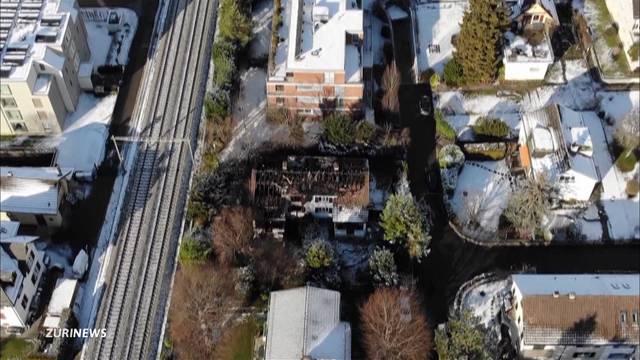 Christbaumkerzen verwandeln Haus in Ruine