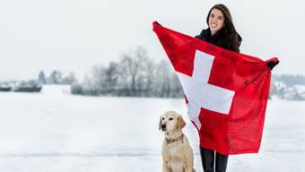 Austauschschülerin Dulce Marroquín zeigt ihre Schweizer Fahne, auf der sich alle ihre Schulkollegen verewigt haben.