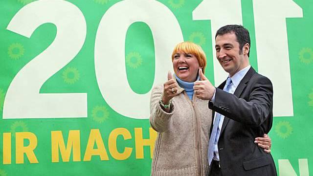 Claudia Roth und Cem Oezdemir posieren vor ihrem Wahlposter in Wörlitz