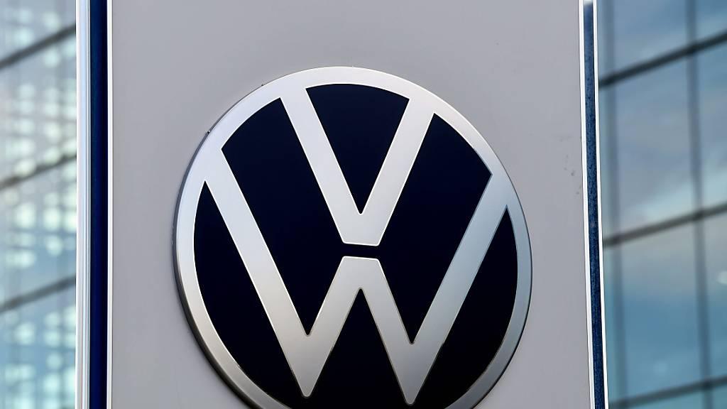 Nach der Erholung im Juli hat der Volkswagen-Konzern im August wieder deutlich weniger Neuwagen verkauft. (Archivbild)