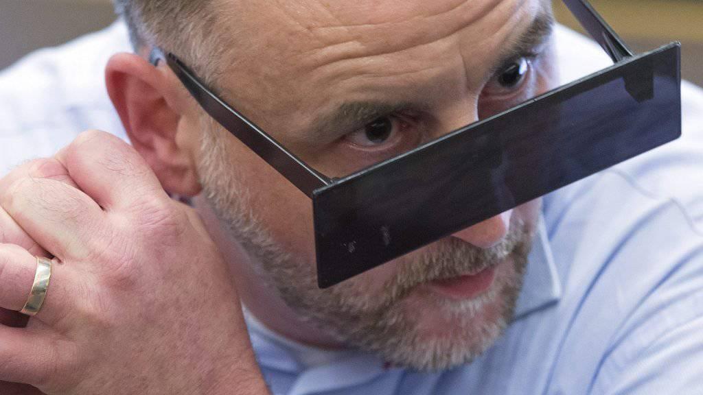 Pegida-Gründer Lutz Bachmann vor der Gerichtsverhandlung in Dresden mit Balkenbrille.