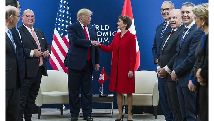 US-Präsident Donald Trump besuchte das WEF zum zweiten Mal: Im Bild beim Treffen mit Bundespräsidentin Siometta Sommaruga und weiteren Mitgliedern des Bundesrates.