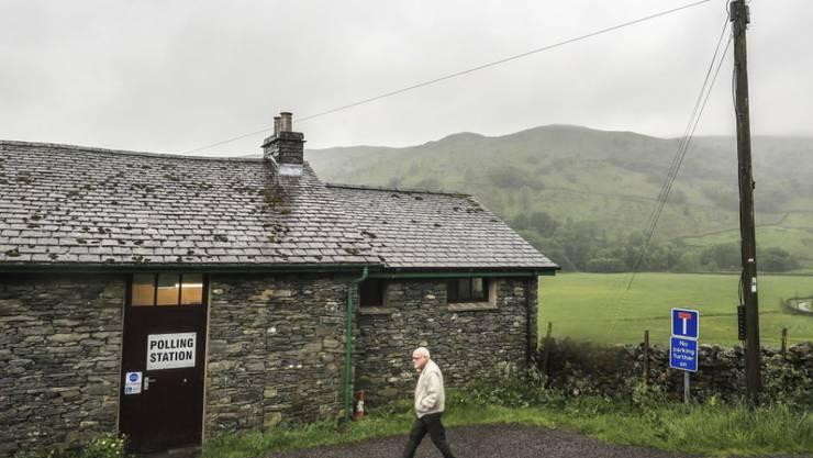 Mann auf dem Weg zum Wahllokal im nordenglischen Kentmere (Archiv)