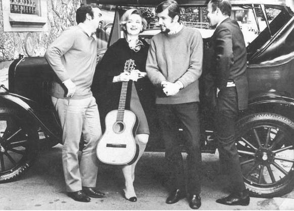Auf Reisen mit der von Caritas lancierten «Vietnam Hilfe»: Von links René Borner, Heidi Abel, Robert Woehrle und Jean-Pierre Gerwig; der Ford T war auch dabei.
