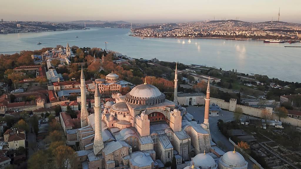 ARCHIV - Eine Luftaufnahme der Hagia Sophia, eine der wichtigsten Touristenattraktionen im historischen Istanbuler Stadtteil Sultanahmet. Foto: -/AP/dpa