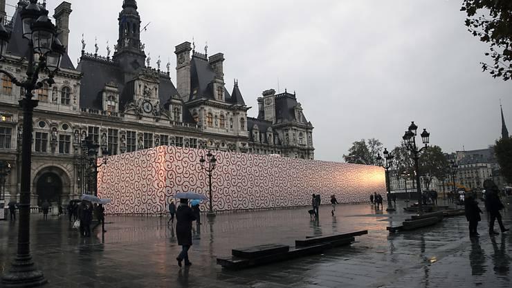 Furoshiki ist eine traditionelle japanische Art, Geschenke zu verpacken. Die Installation eines monumentalen Furoshiki des japanischen Architekten Tsuyoshi Tane versperrt derzeit die Sicht auf das Pariser Rathaus.