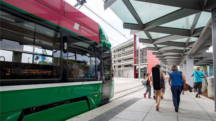 3er-Tram an der Endstation in Saint-Louis. Im Hintergrund ist die Park & Ride Anlage zu sehen.