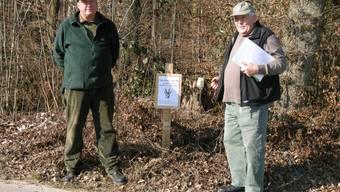 Ignaz Zumstein (links) und Hansruedi Meister vor den Merktafeln für den Duftzaun. Sie wollen damit die Spaziergänger sensibilisieren. rm