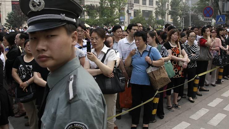 Banges Warten für die Angehörigen draussen vor einer Schule in Peking, wo der mehrtägige Aufnahmetest ihrer Sprösslinge begonnen hat