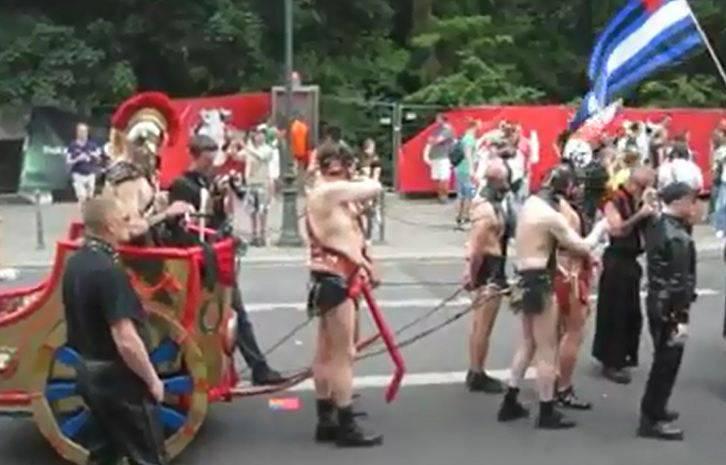 Freizügiges Gespann am Christopher Street Day in Berlin