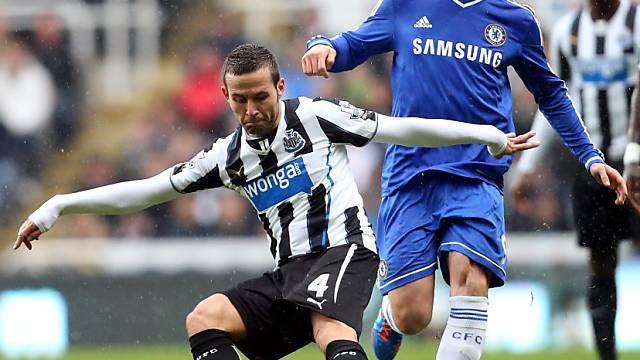 Newcastles Yohan Cabaye (l.) vor Chelseas Fernando Torres am Ball.
