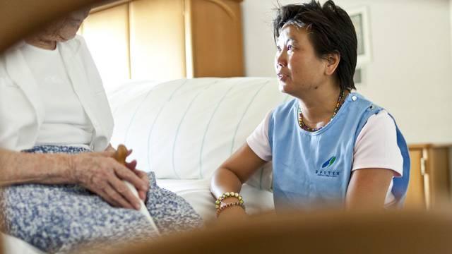 Eine Spitex-Mitarbeiterin betreut eine Seniorin (Archiv)