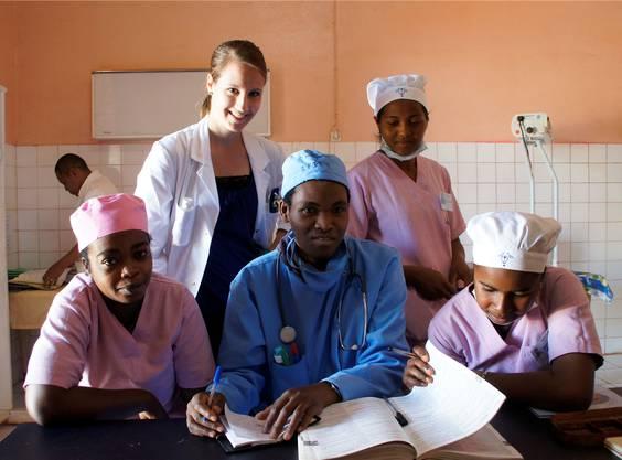 Natalie Friedli versteht sich prächtig mit den madagassischen Pflegeschülern.