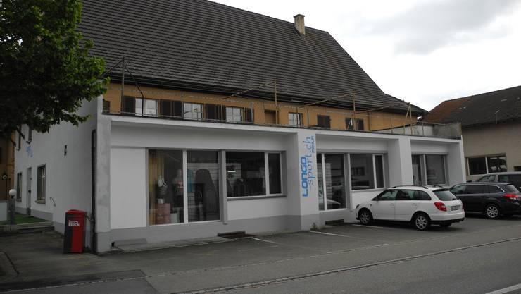 Der Sockel an der Fassade war cyan-blau, doch Rolf Weidmann musste ihn auf Geheiss der Gemeinde umstreichen.