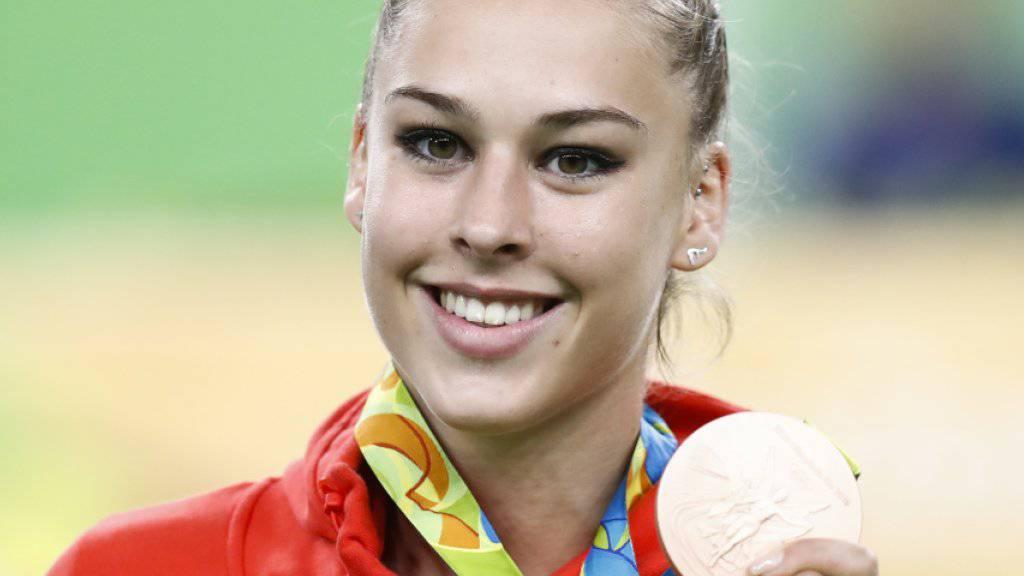 Giulia Steingruber präsentiert stolz ihre am Sprung errungene Olympia-Bronzemedaille