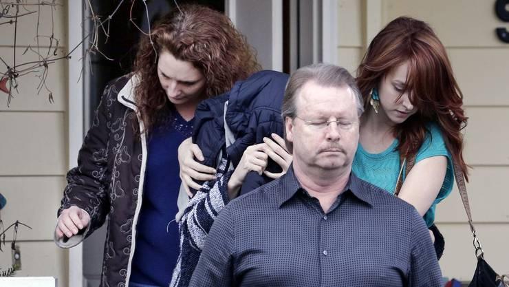 Amanda Knox versteckte sich am Donnerstag beim Verlassen des Hauses ihrer Mutter unter einer Jacke.