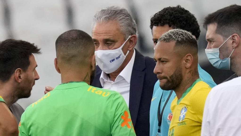 Spielabbruch: Messi, Neymar und Co. diskutieren.