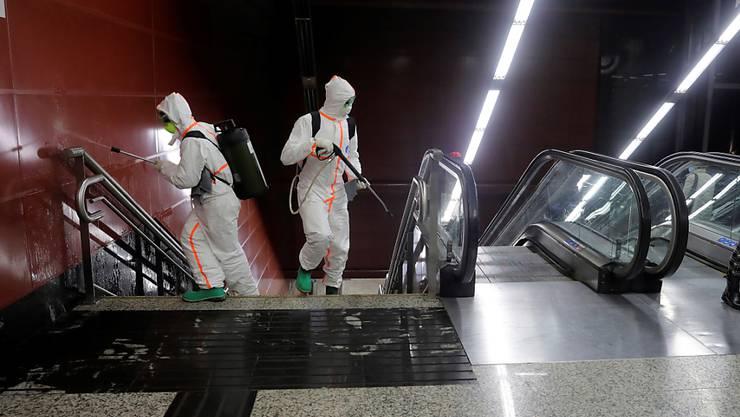 In Madrid reinigen Armeeangehörige Metrostationen.