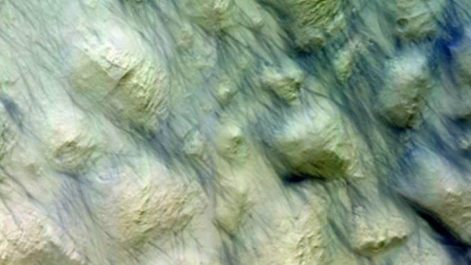 Nach einem gewaltigen Sturm hat die Berner Mars-Kamera dunkle Striche auf der Mars-Oberfläche entdeckt.